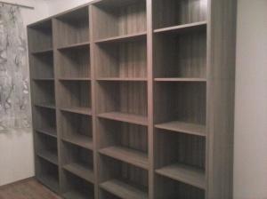 Bücherregal leer